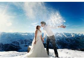 恋爱中的新娘和新郎在阿尔卑斯山的背景上撒_1168605