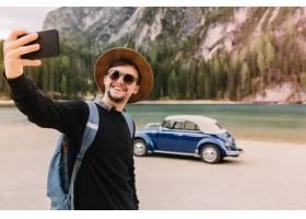 意大利一位英俊的年轻人戴着棕色帽子和墨_10561836