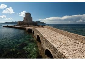 在希腊蓝天下通往卫理公会威尼斯要塞的小路_11696502