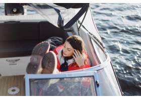 一位身穿红色雨衣的漂亮年轻女子乘坐一艘私_3737928