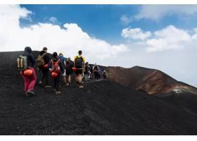 在意大利西西里岛埃特纳火山顶上徒步旅行的_2594056
