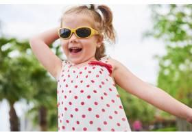 戴着夏日太阳镜的快乐女婴_10136815
