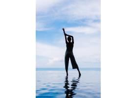 一名女子走在山上一座奢华豪华别墅的无限泳_11687641