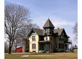 在晴朗的蓝天中拍摄一座大农舍的美丽镜头_10399278