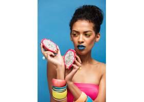 迷人的黑人妇女脸上涂着五颜六色的化妆品_6729915