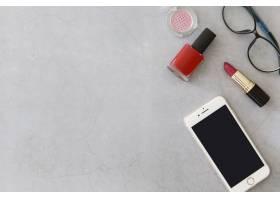 靠近化妆品和眼镜的智能手机_1600076