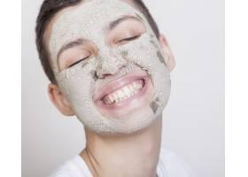 面带微笑的女人带着口罩_5513581