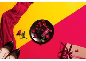 印有唇彩和鲜花的盘子礼物和鞋子_7764629