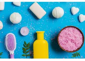 喜马拉雅山盐的俯瞰蓝色背景上的肥皂和发_3156072