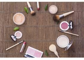 在餐垫上形成圆形框架的化妆品_3029888