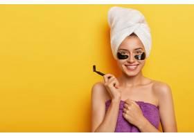 快乐快乐的女人皮肤纯净关心自己的身体_12496012
