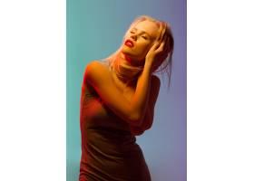 性感的金发年轻女子红唇直立_7851162