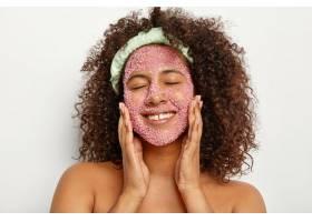 欣慰的女人头像用海盐按摩脸部开心地微笑_12495257