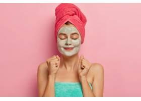 满意的女模特愉快地紧握拳头定期洗澡或沐_12494882