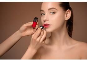 漂亮的女性嘴唇带着化妆和刷子_7542195
