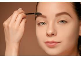 漂亮的女性眼睛带着化妆和刷子_6755837