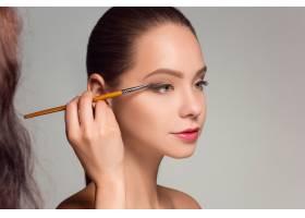 漂亮的女性眼睛带着化妆和刷子_9368057