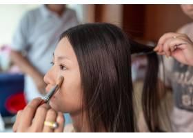 由专业化妆师为女孩化妆_5216188