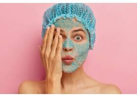 疑惑的女人脸上戴着蓝色磨砂用手捂住一只_12494909