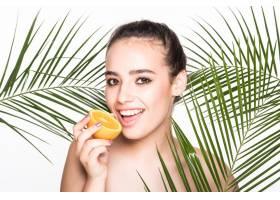 皮肤完美的年轻女子手持柑橘类水果周围环_8990748