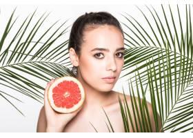 皮肤完美的年轻女子手持柑橘类水果周围环_8990752