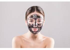 美丽的女人脸上戴着泥土或泥巴面具隔绝_8473038