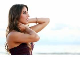 美丽的女孩在海边摆姿势_5980663