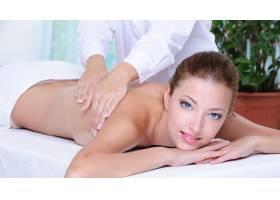 年轻的成年女孩在美容院做背部按摩_11182384