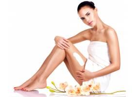 美丽的年轻女子手持鲜花使用隔离在白色上_11916567