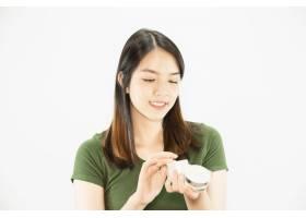 年轻美女使用保湿霜进行面部护肤女人和美_5072213