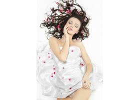 幸福美丽的年轻黑发女孩盖着床单白色上_7090380