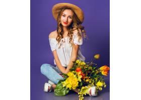 美丽的金发年轻女士的肖像戴着时髦的稻草_9331266