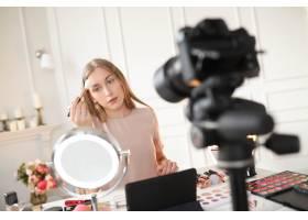 美容博主一名年轻女子正在录制化妆教程_9505224
