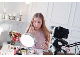 美容博主一名年轻女子正在录制化妆教程_9505245