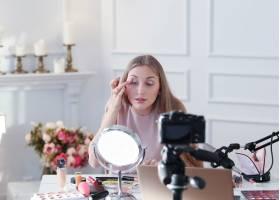 美容博主一名年轻女子正在录制化妆教程_9505258