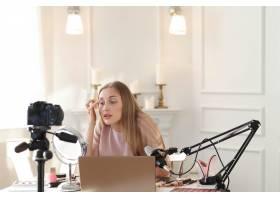 美容博主一名年轻女子正在录制化妆教程_9505260