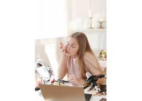 美容博主一名年轻女子正在录制化妆教程_9505262