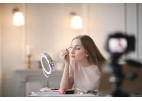 美容博主一名年轻女子正在录制化妆教程_9509016