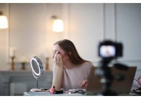 美容博主一名年轻女子正在录制化妆教程_9509020