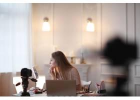美容博主一名年轻女子正在录制化妆教程_9509039