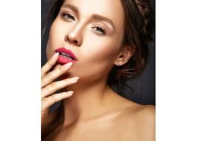 日妆清新的美女肖像触摸嘴巴_6933214