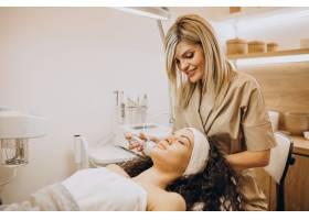 美容师的女性正在做美容手术_12178058