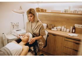 美容师的女性正在做美容手术_12178061
