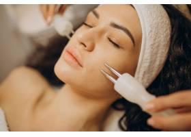 美容师的女性正在做美容手术_12178077
