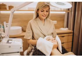 美容师的女性正在做美容手术_12178082