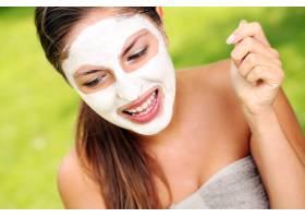 脸上戴着水疗面罩的女人_7903042