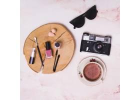 树桩上的化妆品咖啡杯粉色纹理背景的老_4040469