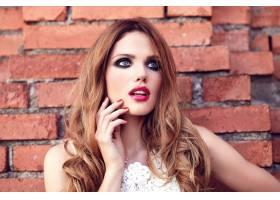 身着白色夏装晚妆的美丽性感的高加索年轻女_7252766
