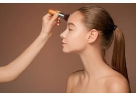 漂亮的女性眼睛带着化妆和刷子_8097230
