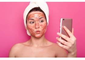 漂亮的女模特脸上戴着擦洗口罩裹着毛巾_8759777